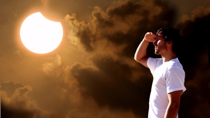 Guy-looking-Eclipse-with-naked-eye1